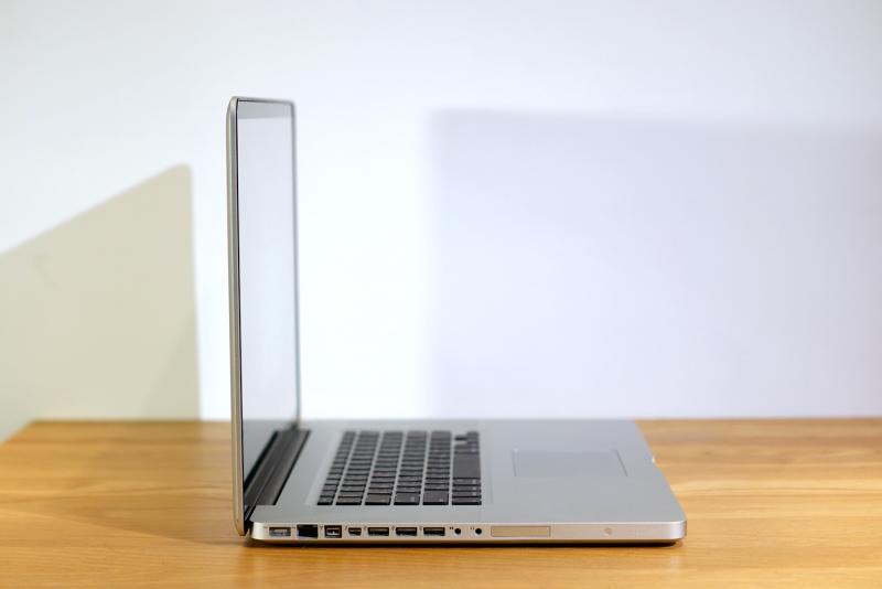 ไม่แพง! MacBook Pro 17-inch (Late 2011) 2.4GHz quad-core Intel Core i7/10GB RAM/240GB SSD/SuperDrive การ์ดจอแยก สภาพใหม่ ราคาเพียง 35,990.- มีประกันเยอะ ทั่วเครื่อง