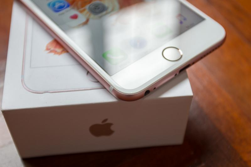 iPhone 6s Plus สีชมพู ความจุ 64 GB เครื่องศูนย์ สภาพดี อุปกรณ์ครบ ๆ